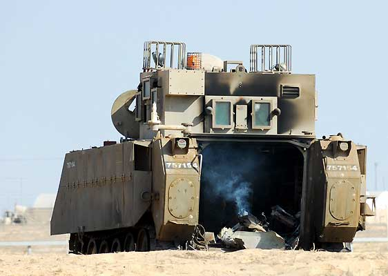 Tanques israelíes han atravesado hoy la franja de Gaza. (Amir Cohen / Reuters)
