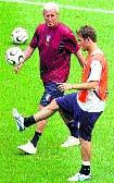 Lippi y Totti, en el entrenamiento de ayer. D. Gray/Reuters