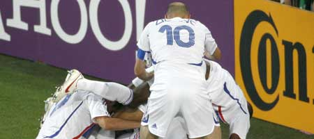 Los jugadores de la selección francesa celebran su segundo gol