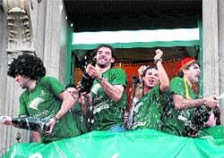 Jorge Garbajosa (centro), durante la celebración del título de Liga en Málaga.