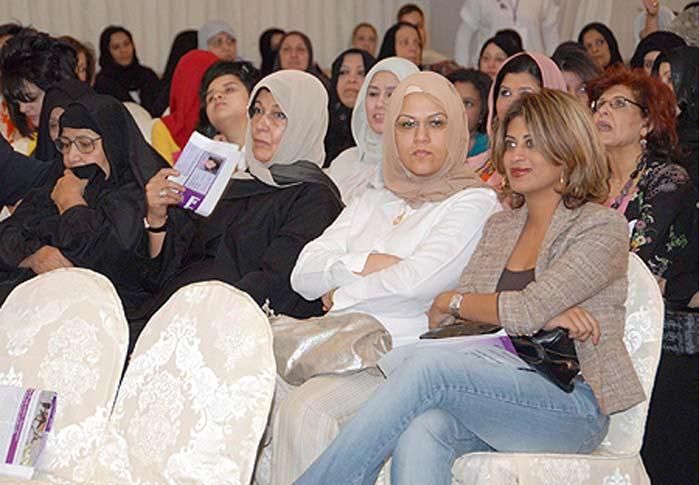 Un grupo de mujeres asisten durante un acto acerca de la elecciones parlamentarias, ayer en Kuwait.