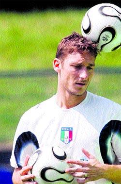 Shevchenko amenaza a una Italia coja en la zaga