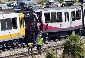 Imagen de archivo del choque en un tramo descubierto del metro de Valencia en septiembre de 2005 (Reuters).