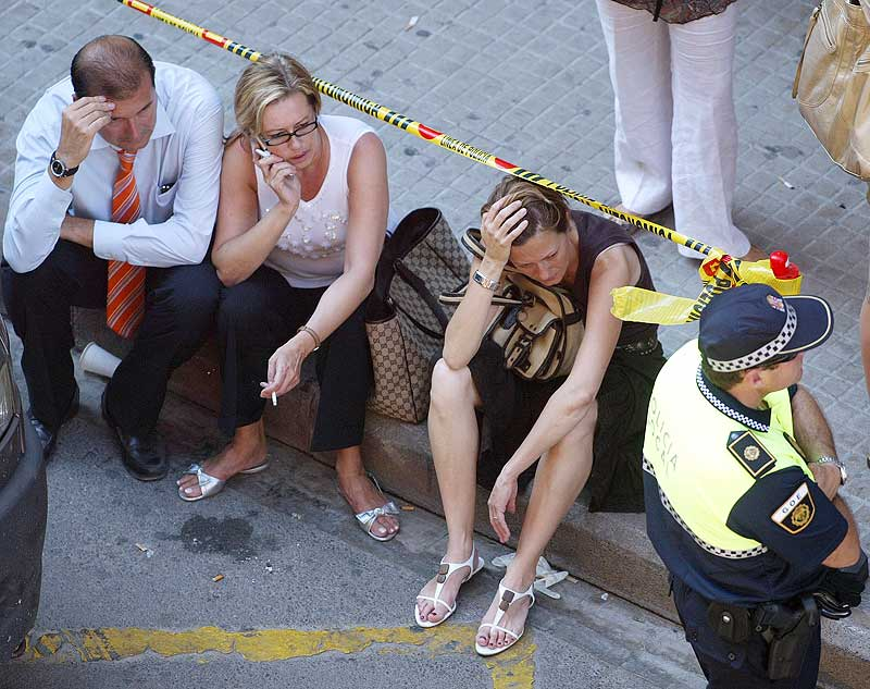 Varios afectados por el suceso, en las afueras de la estación