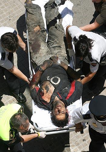 metro Valencia herido trasladado en camilla. Varios agentes sacan en camilla a un herido de la estación de metro de Jesús. Más de 30 personas han resultado heridas por el descarrilamiento.
