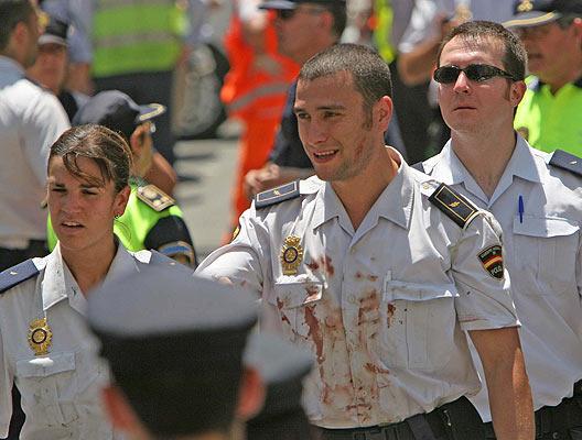 metro valencia policías. Varios policías trabajan en la zona que rodea a la estación del metro de Jesús.