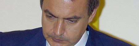 Zapatero adelanta su vuelta a España