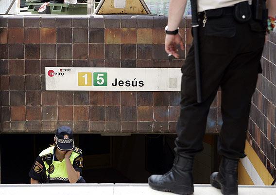 entrada del metro de Jesús. Entrada de la estación del metro Jesús, donde ocurrieron los hechos, vigilada por agentes de Policía.