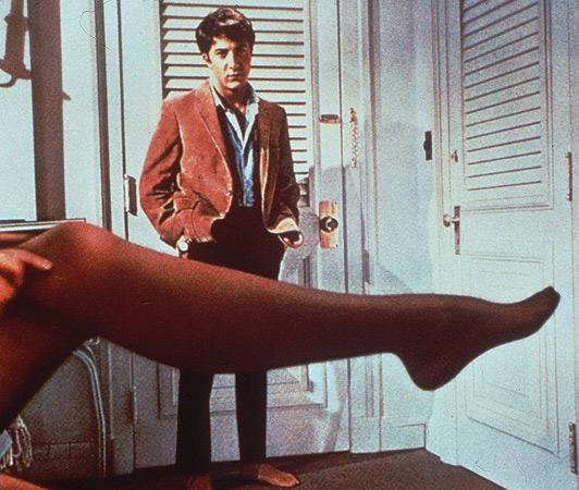 piernas - bancroft. Dustin Hoffman miraba atónito una de las piernas más famosas del cine, la de Anne Bancroft en