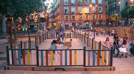 Niños jugando en un parque de la plaza María Soledad Torres Acosta (Foro cívico Gran Vía)