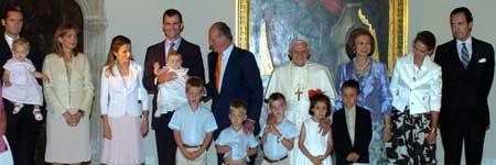 El Papa Benedicto XVI posa con los miembros de la Familia Real  (Efe).