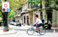 Ponen conos en la Rambla Catalunya para reforzar su peatonalización