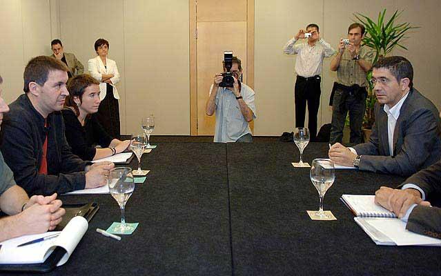 Imagen de la reunión celebrada entre PSE y Batasuna. (Javier Echezarreta / EFE)