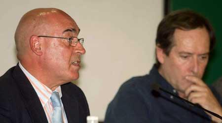 El presidente del Senado, Javier Rojo (i), junto al senador Enrique Curiel. (Paco Campos / Efe)