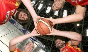 Los jugadores la selección española de baloncesto Pau Gasol (i), Jorge Garbajosa, José Manuel Calderón (8) y Sergio Rodríguez.