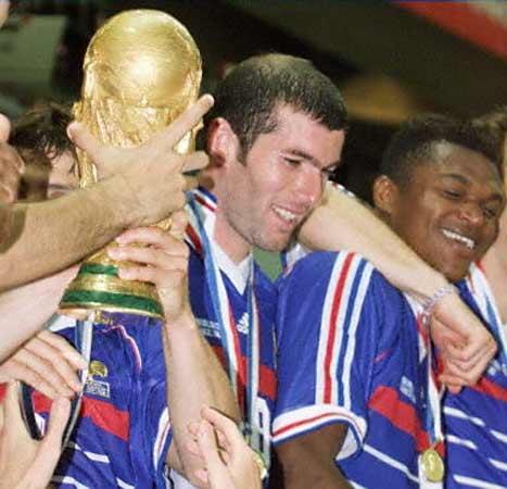 Zidane: una vida en imágenes.. Campeón del Mundo. En 1998, la selección francesa se alza con la compa del Mundo en París. En la imagen junto a sus compañeros al recoger el trofeo.