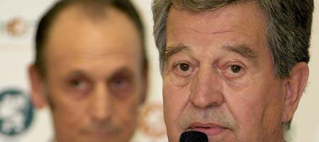 El nuevo presidente del Real Betis Balompié, José León Gómez en presencia de su antecesor en el cargo, Manuel Ruiz de Lopera