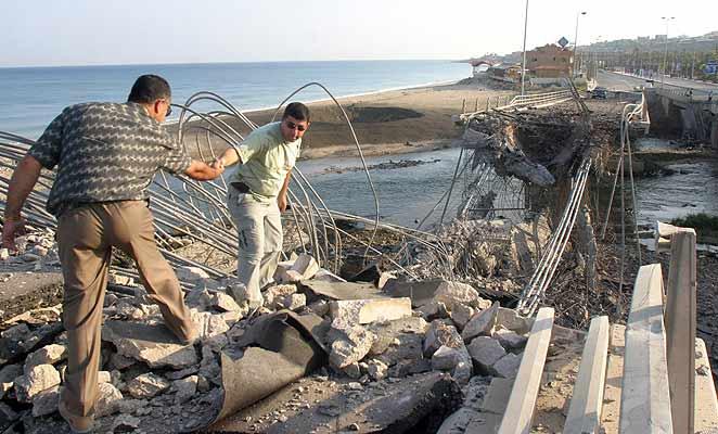 Líbano hombres sobre escombros