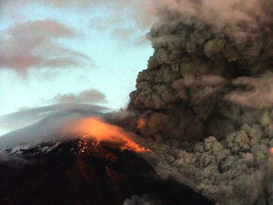 El volcán Tungurahua, en Ecuador, en erupción. (EFE/STR))
