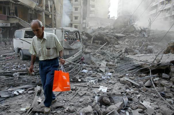 170706 Un anciano se retira tras uno de los bombardeos israelíes