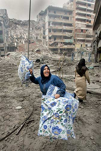 Líbano mujer saca sus pertenencias en Beirut
