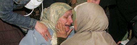 Una mujer que escapó de un bombardeo en Beirut llora al saber que la casa de sus padres fue alcanzada por los bombardeos (Foto: Efe)