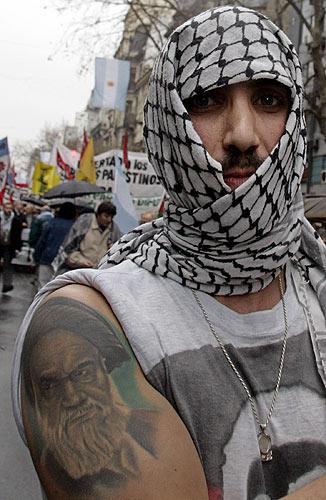 tatuajes arabes. Un miembro de la comunidad árabe argentina muestra un tatuaje con el rostro