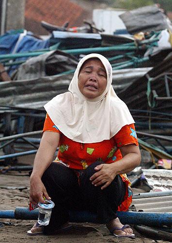 tsunami mujer llorando frente a casa. Una mujer llora frente a las ruinas de su casa en Pangandaran, arrasada por el maremoto en la isla de Java.