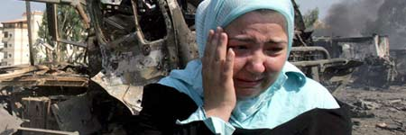 Una mujer libanesa llora delante de un cami�n destruido en Hadath, al sureste de Beirut