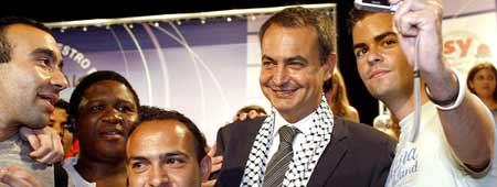 Zapatero con el pa�uelo palestino ('Kufiya') en la reuni�n internacional de Juventudes Socialistas (Efe).