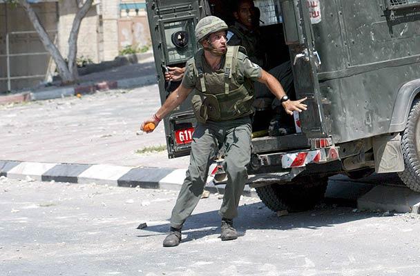 200706 Soldado israelí lanzando granada