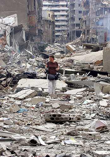 Líbano periodista entre  ruinas