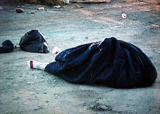 250706 Monterrey hombre muerto. Violencia en Monterrey. Imagen de un vídeo del cuerpo cubierto de un hombre decapitado en el municipio de Apodaca, en el estado de Nuevo León, México. La localidad forma parte de la zona urbana de Monterrey, donde se han producido varias ejecuciones en los últimos días. La ciudad albergará la próxima edición del Fórum de las Culturas.