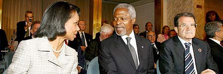 Condoleezza Rice, Kofi Annan, y Romano Prodi antes del comienzo de la reunión sobre la crisis en el Líbano