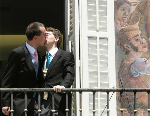 El responsable del colectivo de gays y lesbianas del PP, Javier Gómez (i), y su pareja, Manuel Ródenas. (J.J. GUillén / Efe)