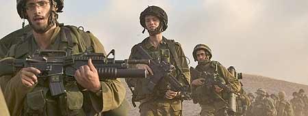 Varios soldados abandonan territorio libanés a su paso por Marun e-Ras, cerca de la frontera con Israel (Efe).
