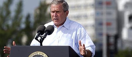 El presidente estadounidense, George W. Bush,  durante su visita al centro de mando del Servicio Guardacostas en Miami Beach, Florida. EFE/John Riley