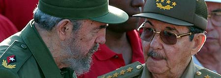 Fidel Castro y su hermano menor, Raúl, a la derecha.
