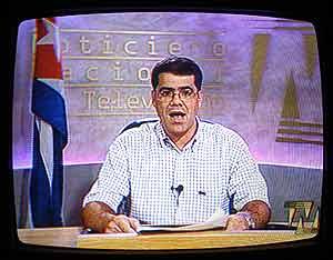 Momento en el que la televisión cubana leía el comunicado de Fidel Castro.