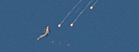 Un F-16 israelí lanza misiles sobre territorios del sur de Líbano.