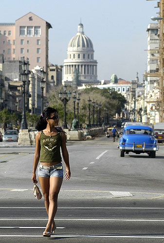 040806 Calles de Cuba con una mujer caminando