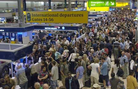 La gente espera en el mayor aeropuerto de Gran Bretaña, el aeropuerto de Heathrow en Londres. (Daniel Hambury / Efe)