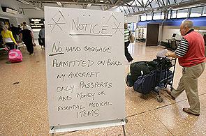 Señal que indica la prohibición de llevar equipaje de mano por motivos de seguridad en el Aeropuerto Internacional de Belfast, Reino Unido (Paul McErlane / Efe)