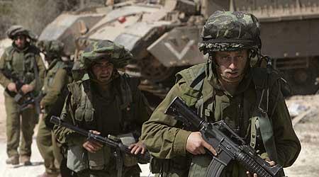 Soldados israelíes al sur de Ramiya, tras cruzar la frontera la noche del 11 de agosto (Foto REUTERS/Eliana Aponte)