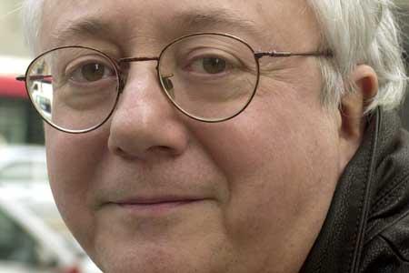 Fotografía de archivo, tomada el 11 de febrero de 2003, del compositor y cantautor Hilario Camacho. (José Huesca / Efe)