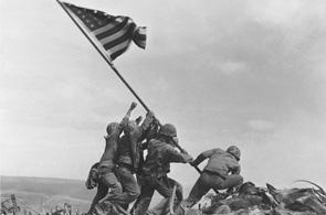 Joe RosenthalSeis soldados estadounidenses plantan la bandera en la isla japonesa de Iwo Jima (Joe Rosenthal)