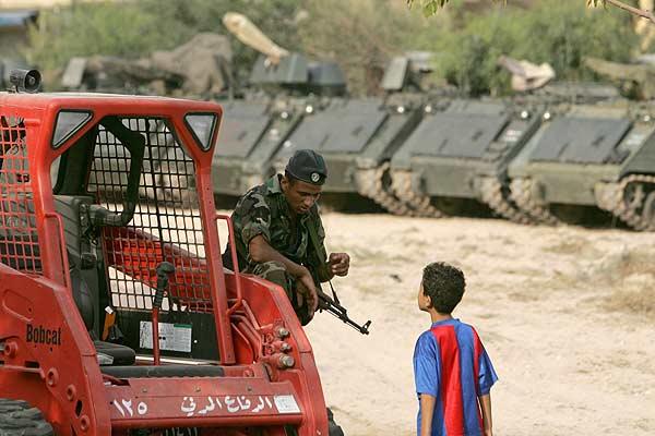 Un soldado libanés habla con un niño al sur del país