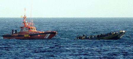 Cayuco remolcado por Salvamento Marítimo a las costas canarias (Cristóbal García / EFE)