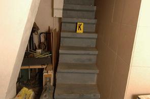 Escaleras que dan acceso al zulo en que Natasha permaneci� 8 a�os.