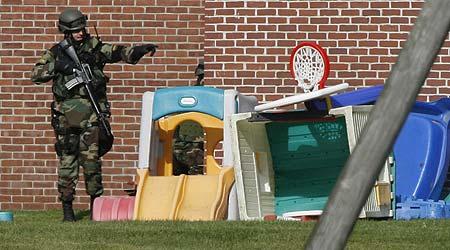 Un miembro de las fuerzas especiales en el patio del colegio de Essex donde han ocurrido los hechos